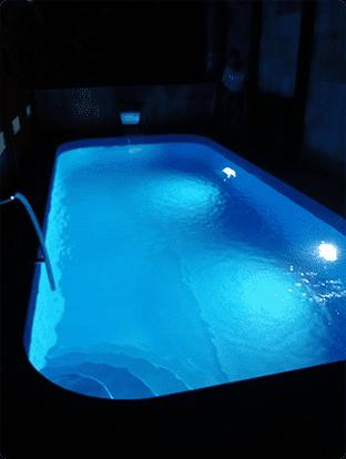 poza piscina curata apa noaptea intuneric lumina